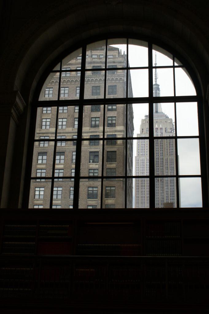 Widok z okna biblioteki na Empire State Building