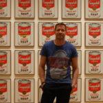 W MoMA przed jednym z dzieł Any Warhola