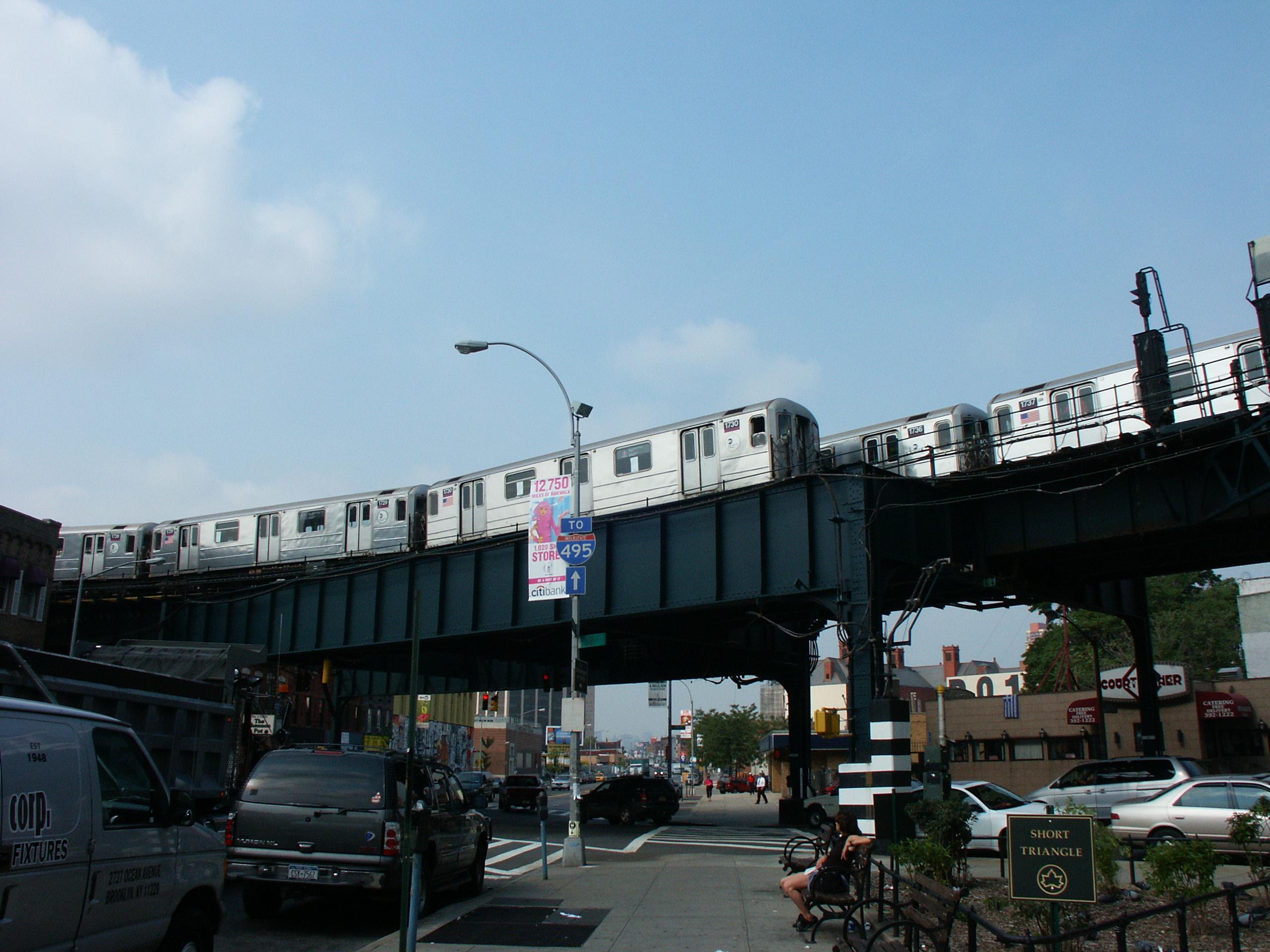 Matro jadące po Brooklynie nad ziemią
